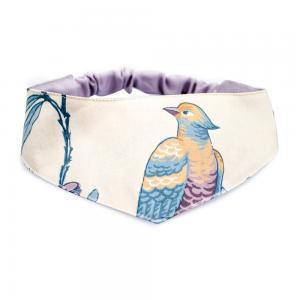 Snygg, exklusiv scarf till hund med mönster av paradisfåglar i färgerna blått, vitt, lila och gult.