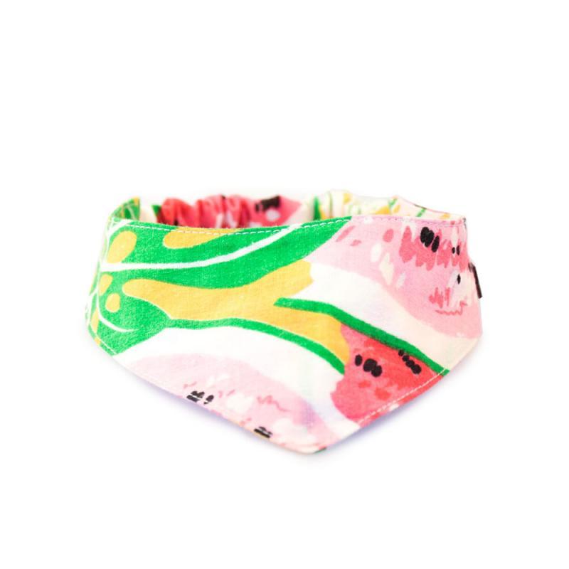 Scarf till hund med resår, i abstrakta blommönster i färgerna gul, grön rosa och röd.