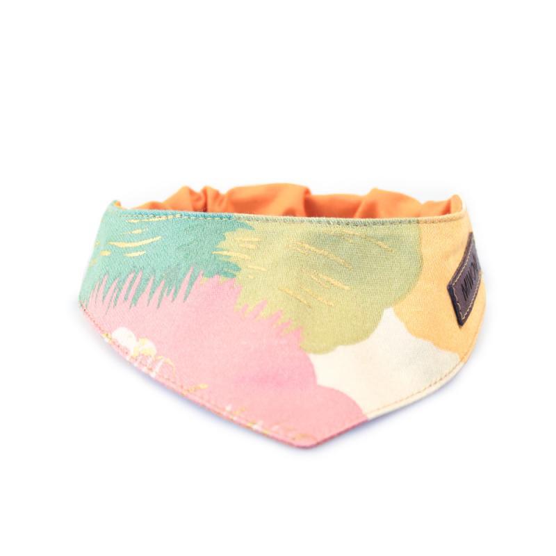 Scarfs till hundar i blandade pastellfärger som turkos, rosa gul grön vit och orang som har texturen av penseldrag.