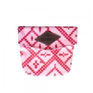 Liten rosa och rödmönstrad koppelväska med läderemblem.