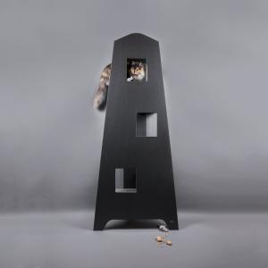 Exklusivt svart katträd tillverkad av Miwo Design. 195 cm högt med trappsteg av nålfiltsmatta som kan användas som klösbräda.