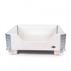 Hundsäng på ben som är tillverkad i betsad vitlackad furu och har snygga metalldetaljer. Tillverkad i Sverige av Miwo Design.