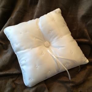 Spring Pearl Ring Pillow - vit ringkudde med pärlor