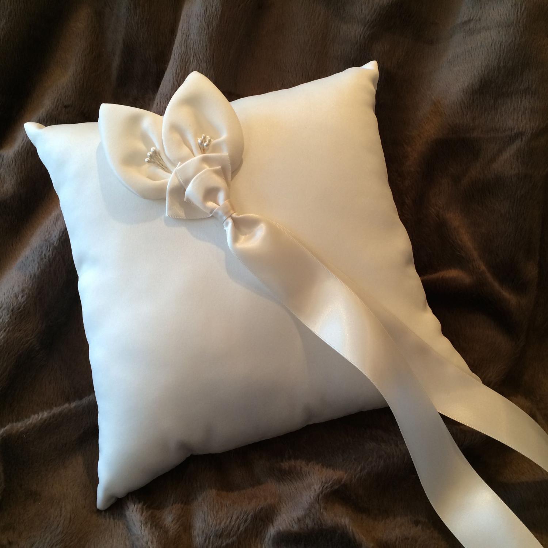 Ring pillow in light ivory