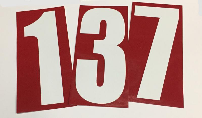 Siffror , vit på röd