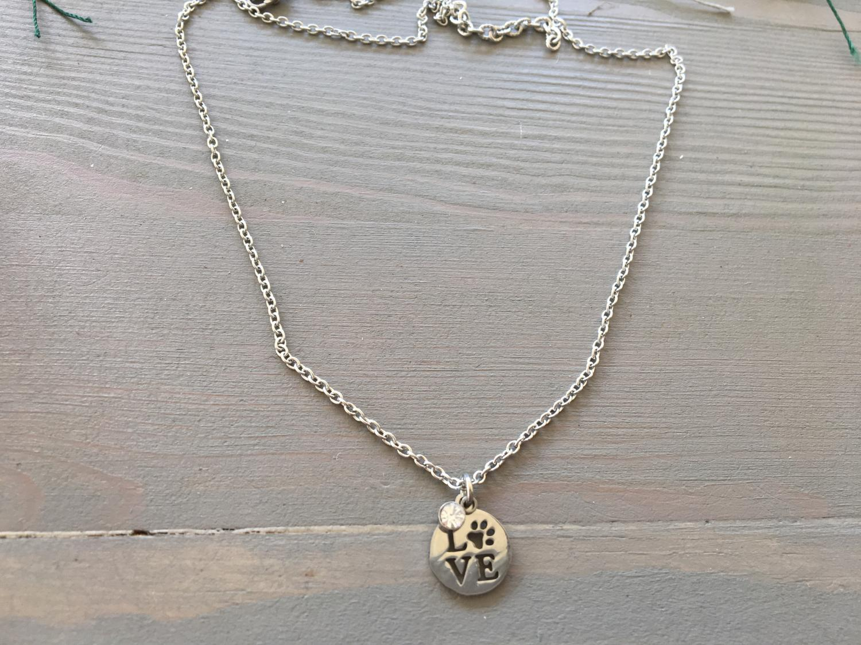 kort halsband med liten sten