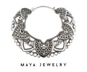 Silvrigt större örhänge i nickelfri vit mässing. Smycket har vackra detaljer och är gjort av Maya jewelry.