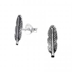 studsörhängen i äkta silver med ett motiv av en fjäder.