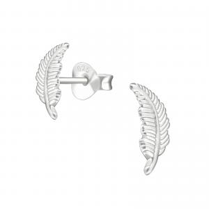 Studs örhänge i silver med motiv av en fjäder. örhängena är nickelfria.