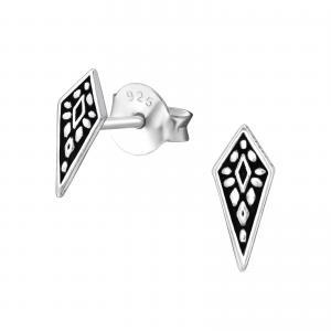 Silverörhänge med motiv av en geometrisk figur. Motivet är romb format.