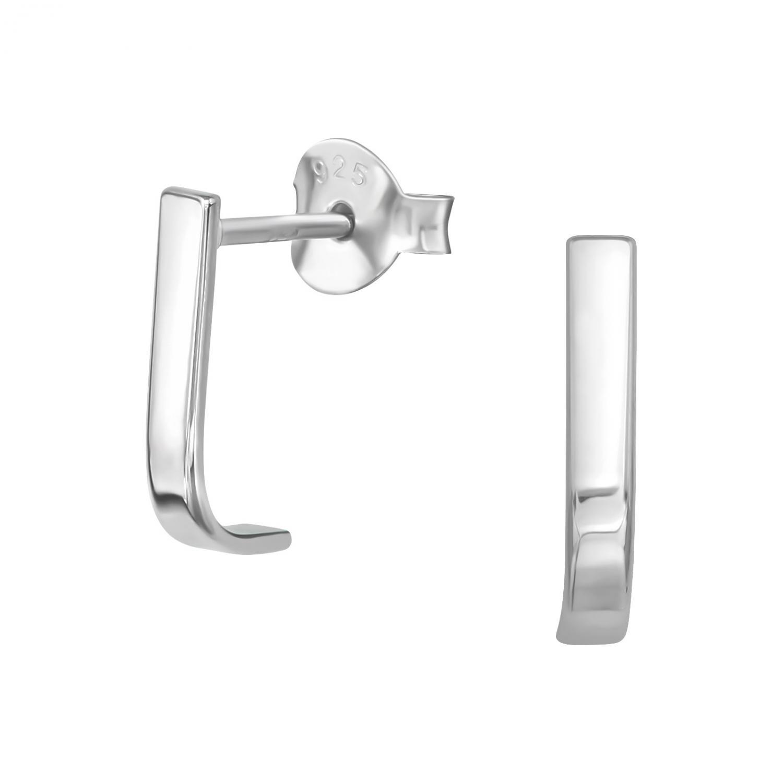 Örhängen i silver med motiv av en smal böjd platta. Studs örhängena är nickelfria.