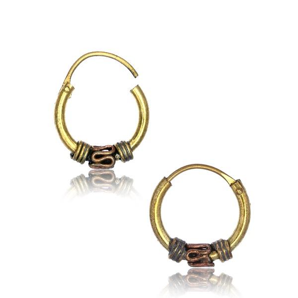 Guldiga hoops örhängen med tvinnade detaljer. Bali ringarna är tillverkade i guldig nickelfri mässing.