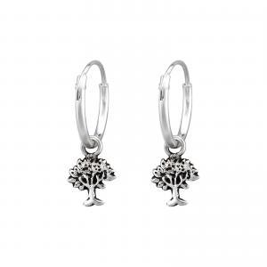 Ringar till öronen i äkta silver. I ringen hänger ett motiv av ett träd i silver.