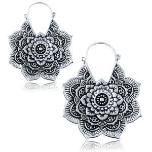 Silvrigt örhänge i form av en mandala blomma. Dessa örhängen är gjorda i bohemisk stil.
