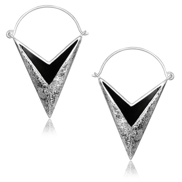 V formade silvriga örhängen med hamrad yta och svarta detaljer.