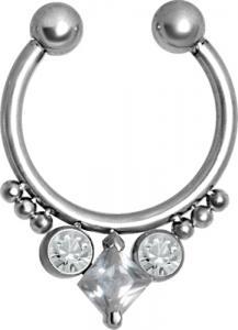 Silvrig ring med kristaller längs ner. Ringen är ett Fake septum smycke.