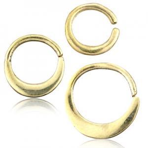 Slät ring till piercing i guld nyans. Tillverkad i nickelfri mässing.