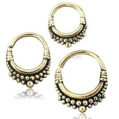 piercingsmycke i nickelfri mässing. Ringen har bohemisk stil och passar till septum och daith.