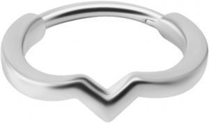 Silvrig ring med geometriskt mönster tillverkat i nickelfritt stål