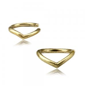 Tunn slät ring i guldig mässing som kan användas i helixpiercing eller piercing i näsvingen.