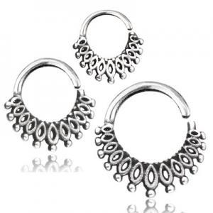 Silvrig ring med detaljerat mönster. Piercingsmycket används till helix, daith eller septum.