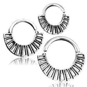 Septumsmycke i äkta silver med dekoratiotenr längst ner.Ringen är nickelfri.
