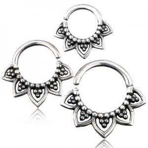 Ring till näsa, septum eller daith i äkta silver. Smycket är format som en lotusblomma.