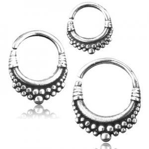 Septum eller daith smycke i orientalisk design. Ringen är silvrig och nickelfri.