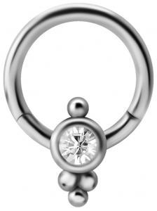 Silvrig ring med kristall och utsmyckning längst ned.