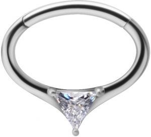 Silvrig oval ring med trekantig kristall. Smycke är till för daith piercing eller septum piercing.