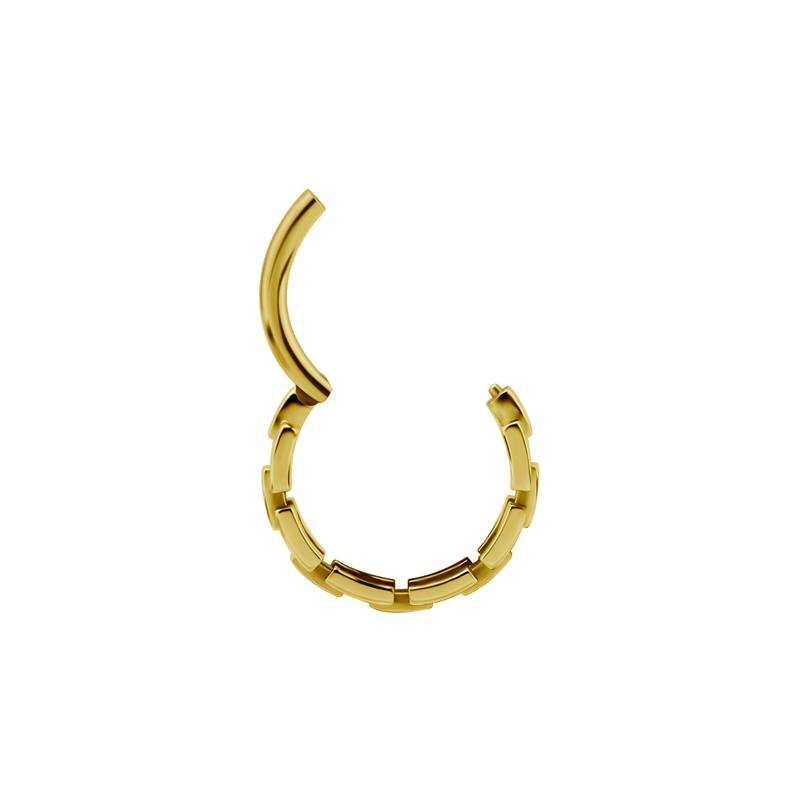 Guldring med hjärtan till piercing. Piercingsmycket är öppet.