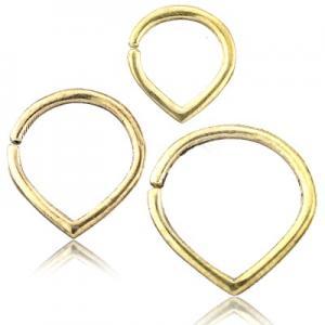 Slät droppformad ring med spetsen nedåt. Smycket är tillverkat i guldig mässing.