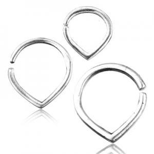 Slät stilren ring till septum eller daith. Piercingsmycket är tillverkat i äkta silver och är droppformat.