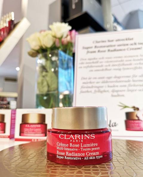 Clarins har utvecklat Super Restorative och tagit fram Rose Radiance Cream!