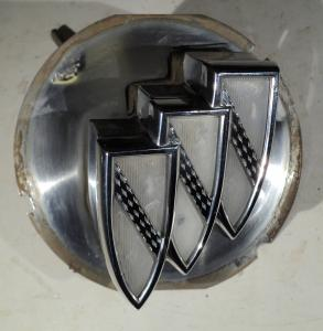1964   Buick LeSabre    emblem vid kofortlås      (utan nyckel)