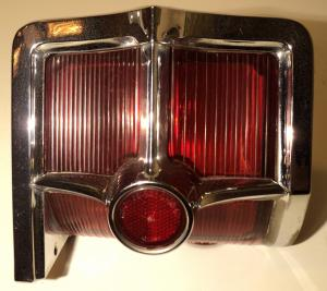1963   Oldsmobile Starfire   baklampa   vänster, bra krom lite skadat glas