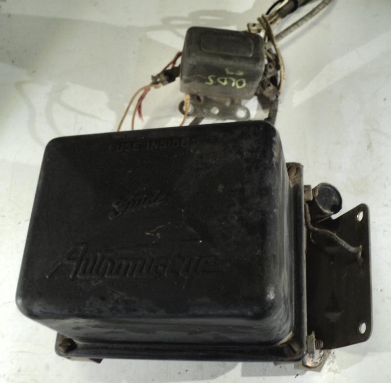 1953   Oldsmobile    styrenhet automatiskt avbländning (gummi upphägninge trasig på en sida, ej testad)