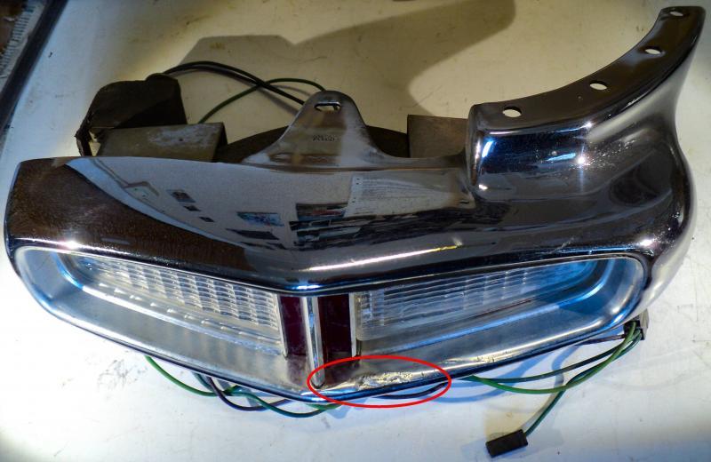 1964 Cadillac  kofångarhorn ( övre glas har en spricka inersarg skadad se bild)      vänster bak