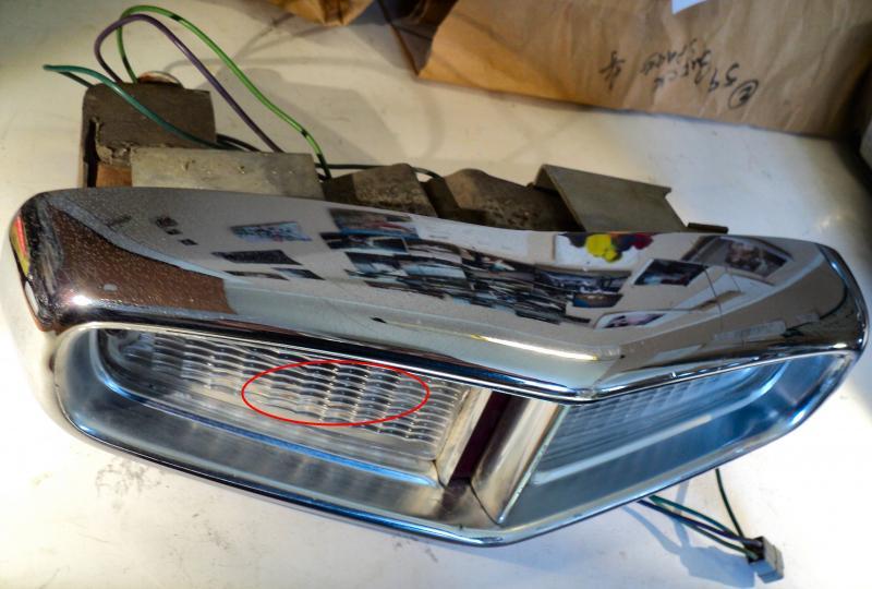 1964 Cadillac  kofångarhorn ( övre glas har en spricka, små skador I krom se bild)      höger bak