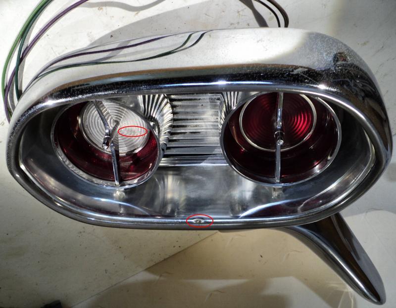 1961 Cadillac  kofångarhorn ( backljus glaset sprucket, liten skada se bild)      höger bak.  Endast hämtning