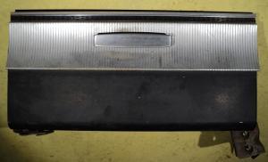 1965  Dodge Dart       handskfackslucka  (spräckt plast för skruv se bild)
