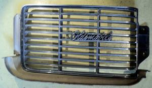 1969   Oldsmobile 88    grill halva (plasten sprucken)    vänster