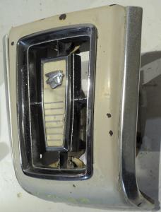 1967 Mercury Cougar    emblem och grill del      (porer i krom)