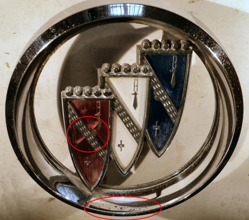 1961 Buick Electra  grill emblem (skada på ringen, spricka I plast, små porer I kromet, se bild)
