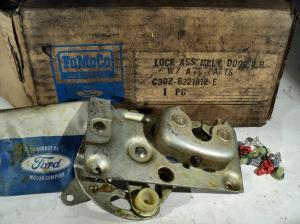 1963 Ford Fairlane   låskista höger C30Z-6221812-E N.O.S.