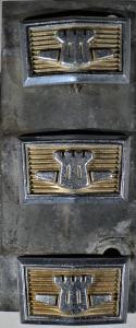 1969 Chrysler Newport    emblemI mitten av grill  (dåliga fästen se bild)