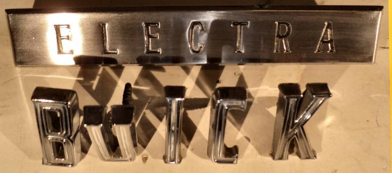 1961 Buick Invicta   emblem+ txt     (finns några porrer I kromet)