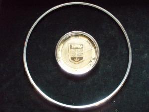 1963 Imperial koffert emblem med krom spricka i plast