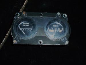 1977 Pontiac LeMans tank och voltmätare