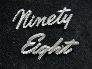 1964 Oldsmobile 98 emblem text koffortlucka (ninety-eight)